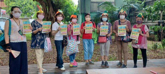 """民安里里長陪同在地生活者與田園志工一起完成""""我的餐盤""""的任務。"""